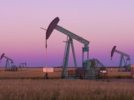 Нефть дорожает на фоне напряженности на Ближнем Востоке и роста запасов в США