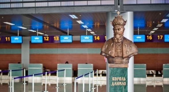 С самолета на прививку: аэропорт Львова стал новым центром вакцинации против COVID-19
