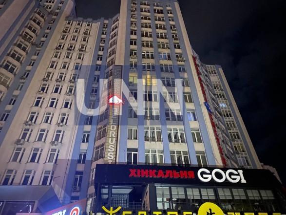 В Киеве мужчина бросался в полицию камнями после падения с 8-го этажа