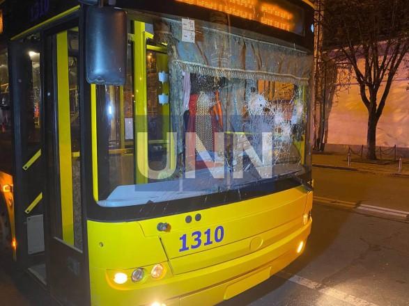 Растрощили троллейбус и плевали в полицейских: двое дебоширов наделали шума в центре столицы