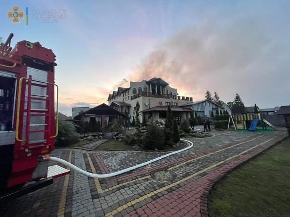 В Закарпатской области загорелась крыша гостинично-ресторанного комплекса: повреждены более 400 кв. м кровли