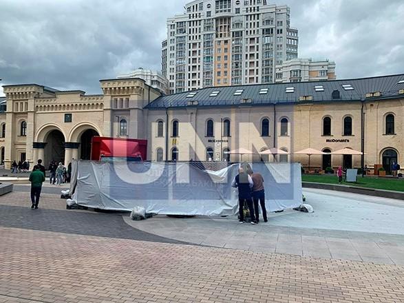Не простоял и суток: в центре Киева грузовик провалил новый фонтан