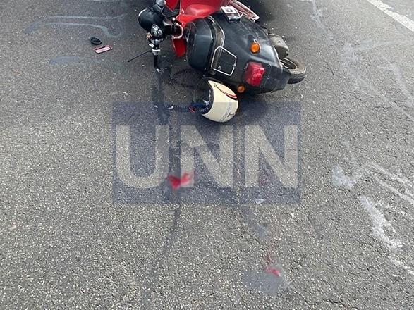 В Киеве двое парней на мопеде на полной скорости влетели в грузовик