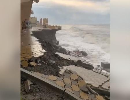 """Непогода в Сочи: из-за сильных штормов в городе """"смыло"""" центральную набережную"""