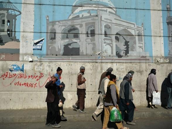 Талибы в Кабуле закрашивают уличные фрески и муралы и заменяют их религиозными лозунгами