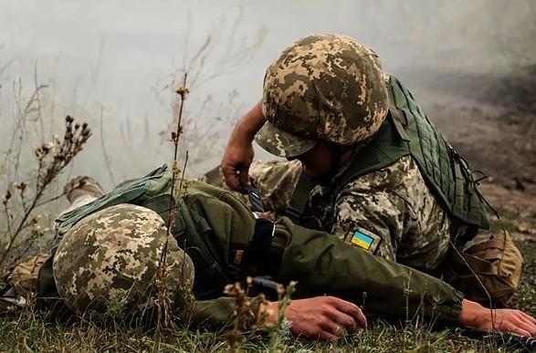 Боевики на Донбассе обстреляли украинские позиции: двое военных получили осколочные ранения