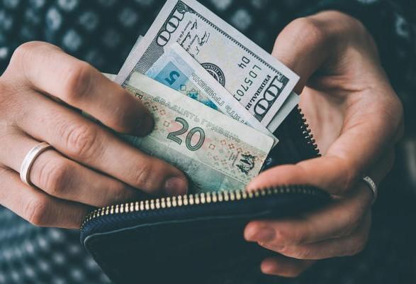 Курс доллара в Госбюджете на 2022 год является плохим сигналом для бизнеса: эксперт назвал причины