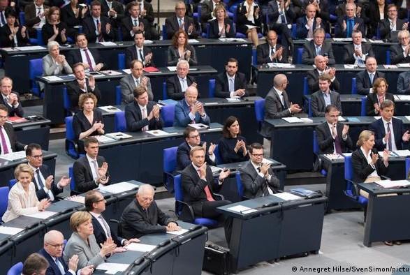Германия: председатель бундестага опасается разрастания его состава