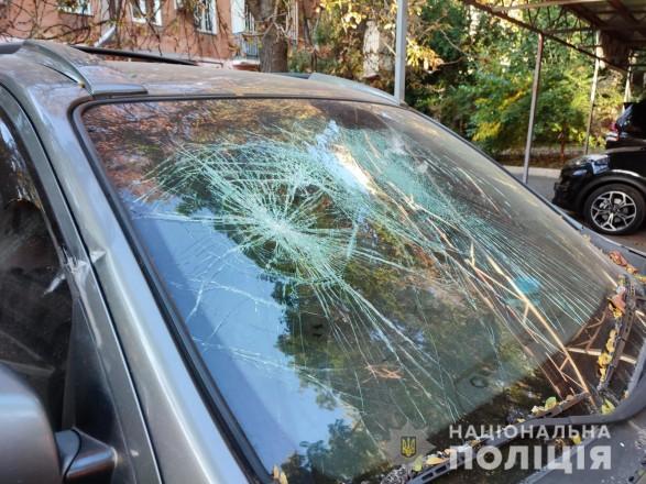 Забросал камнями авто полиции, а затем ударил ножом правоохранителя: в Одессе со стрельбой задержали 22-летнего мужчину