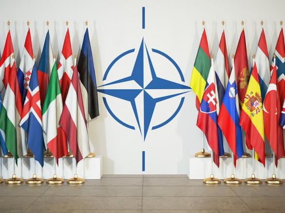 НАТО высылает восемь российских дипломатов - Sky News