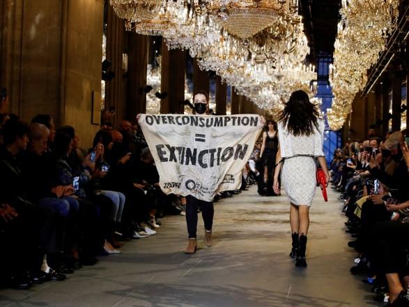 Эко-активисты ворвались на показ Louis Vuitton в Париже