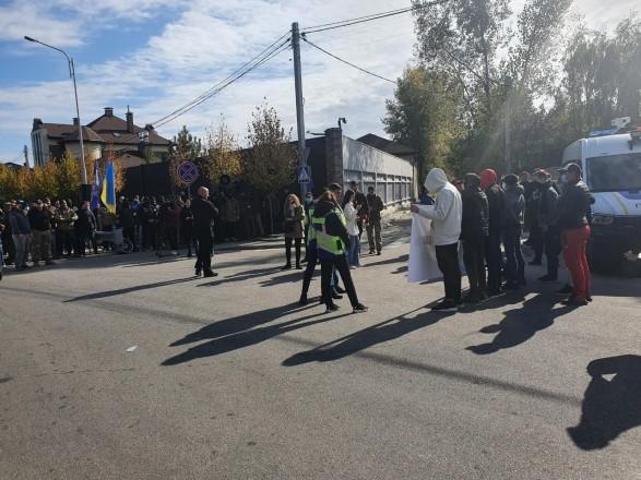 На одного из участников акции под домом Порошенко полиция составила админпротокол