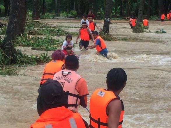"""На Филиппинах уже 13 человек погибли из-за тропического шторма """"Компасу"""""""