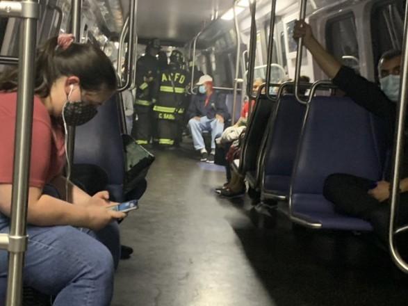 В Вашингтоне вагон метро сошел с рельсов: люди сидели в темноте более часа