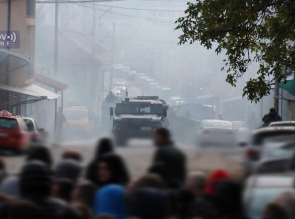 На севере Косово вспыхнули столкновения между полицией и этническими сербами