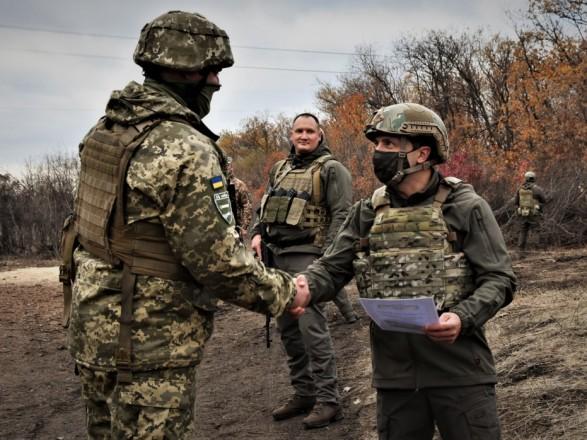 Зеленскому на передовой доложили об оперативной ситуации и показали противодроновое ружье