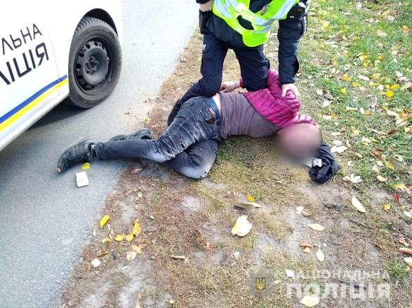 Под Киевом мужчина на улице обстрелял авто и угрожал пистолетом кассиру супермаркета