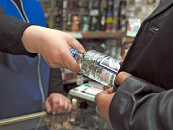 Податківці Прикарпаття виявили сімох підприємців, які торгували алкоголем та цигарками без ліцензії